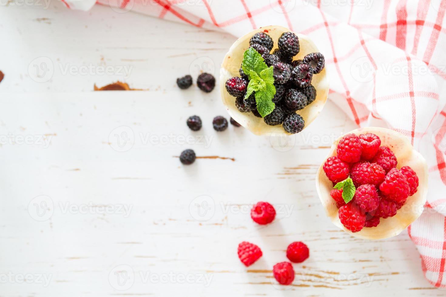 Baya en conos de waffle, fondo de madera blanca foto