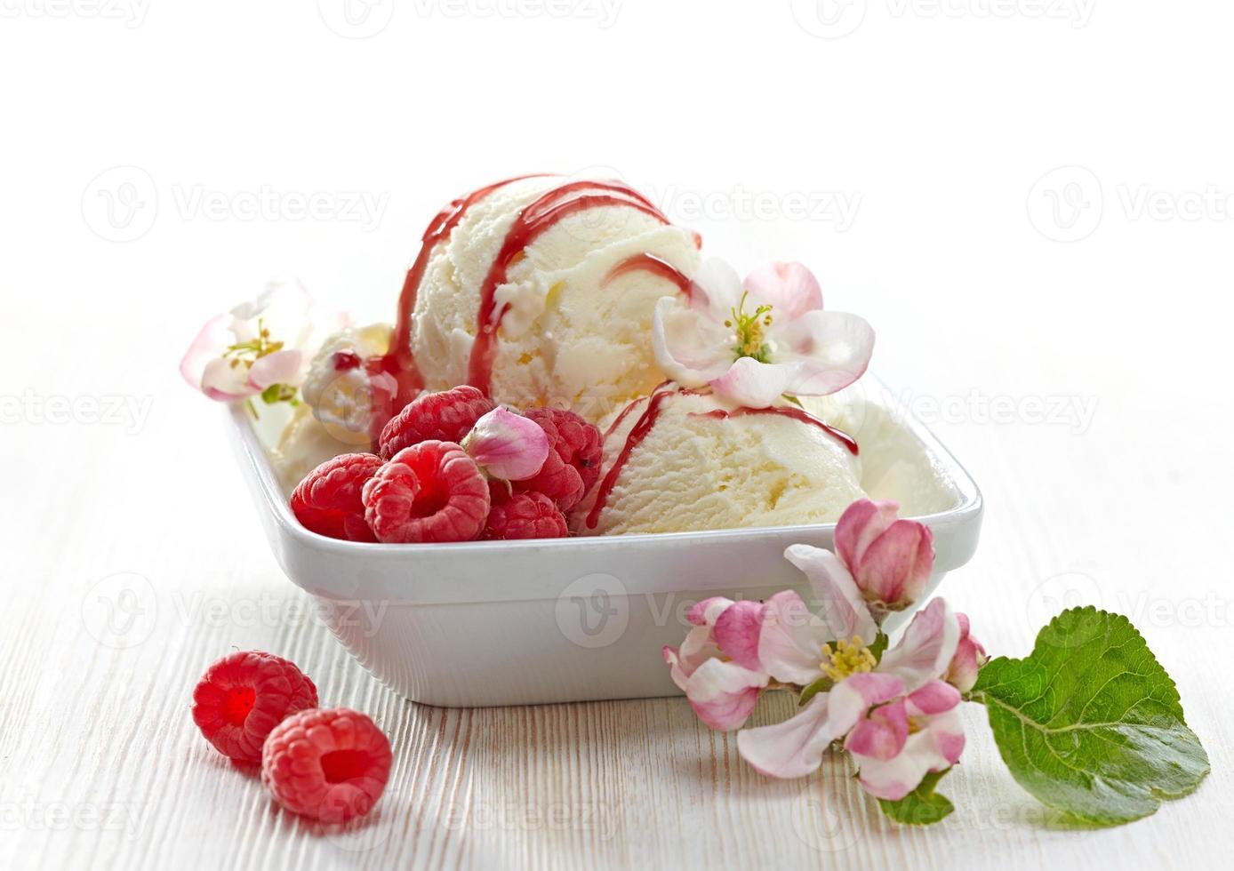 helado de vainilla con bayas frescas foto