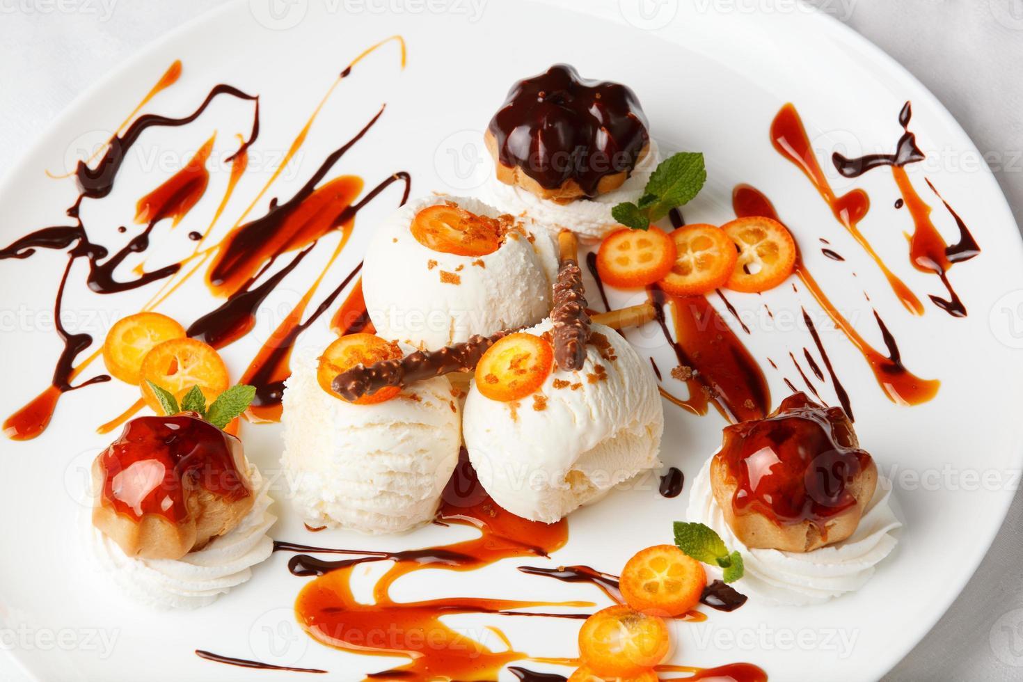 helado con kumquat y galletas de merengue foto