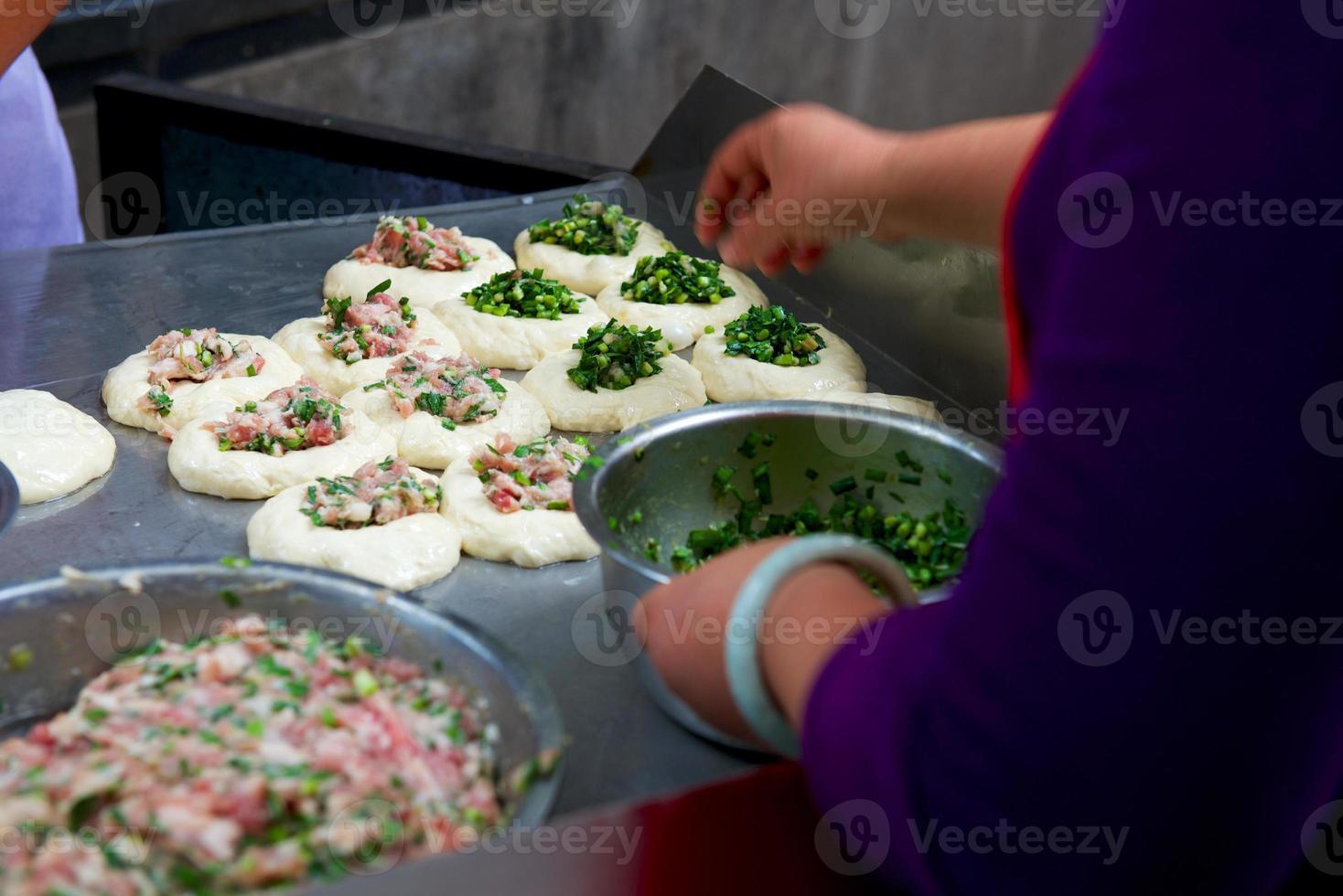 comida callejera en china, baozi con cebolla y carne foto