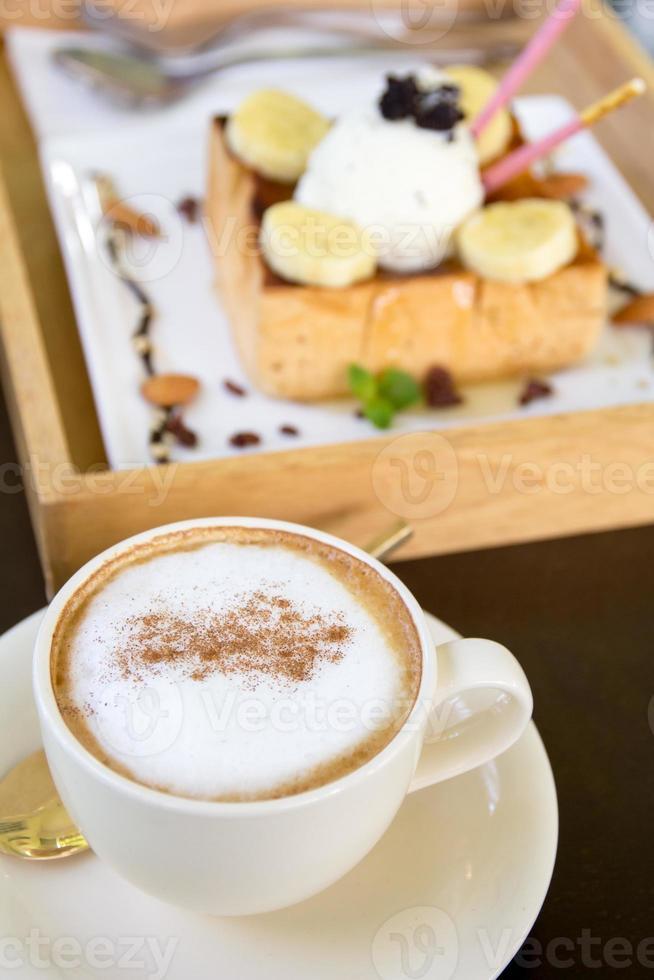 taza de café capuchino y helado de tostadas de miel foto