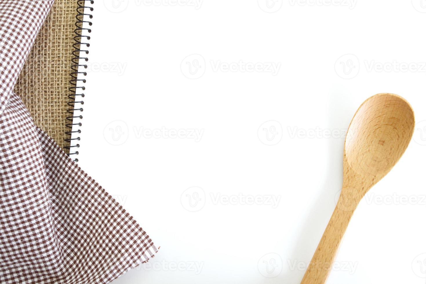 libro de recetas blanco en blanco en la mesa de la cocina foto