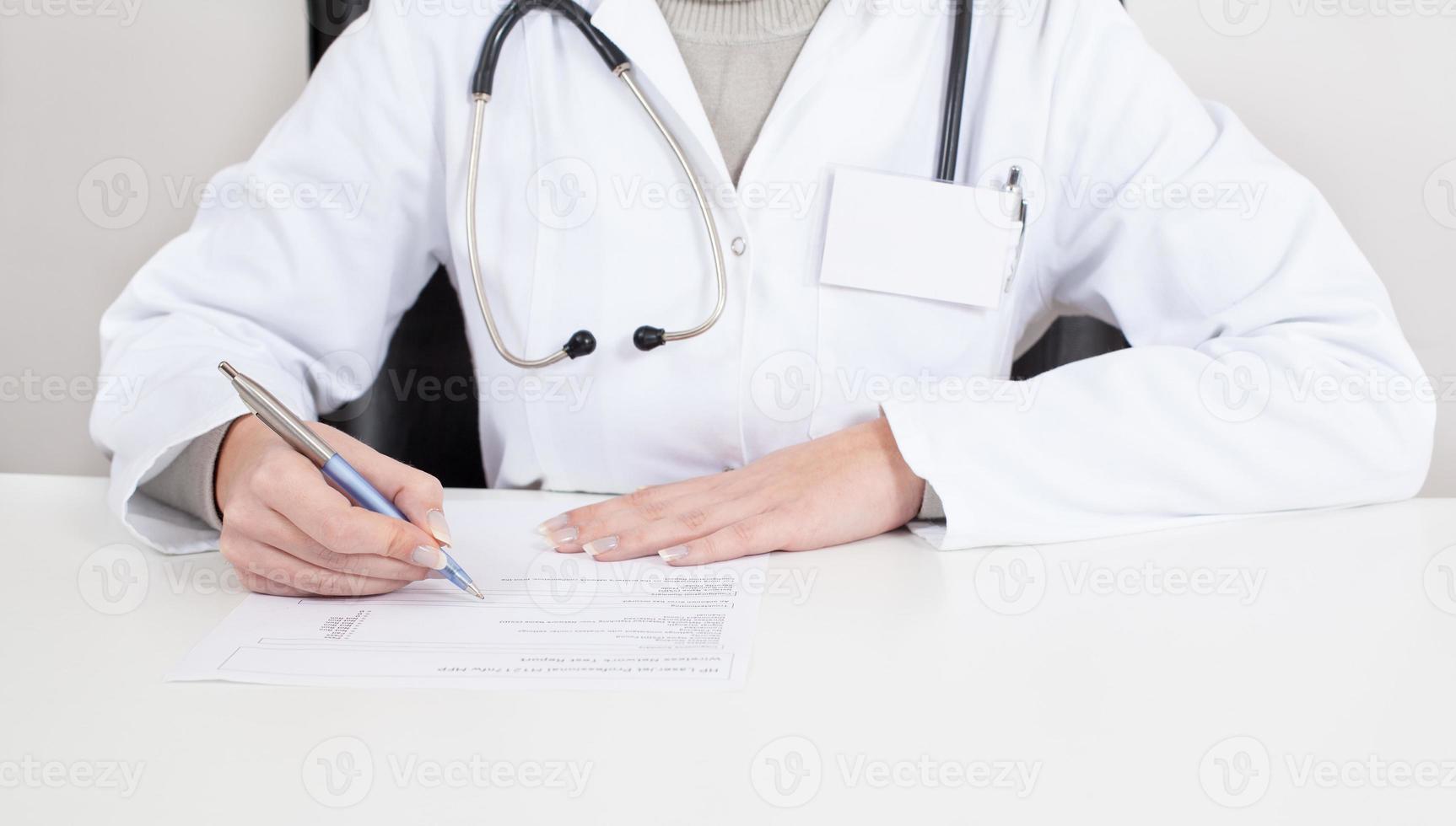 médico escribe receta foto