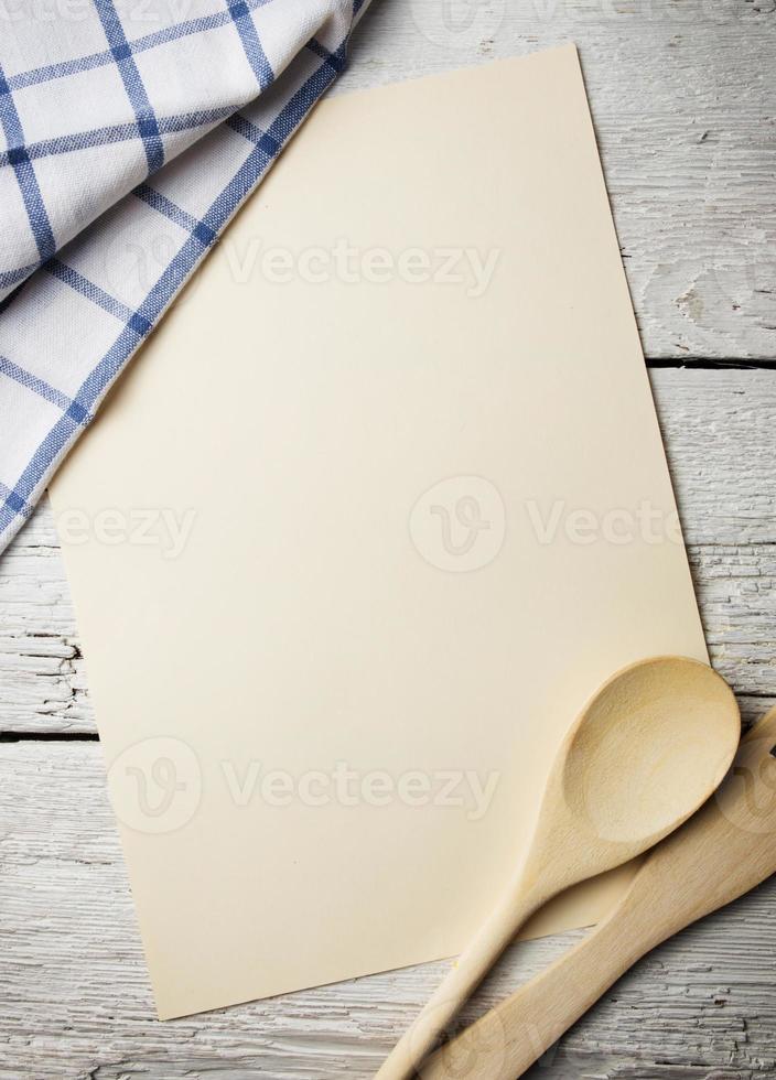 livre de recettes vierge sur table en bois photo