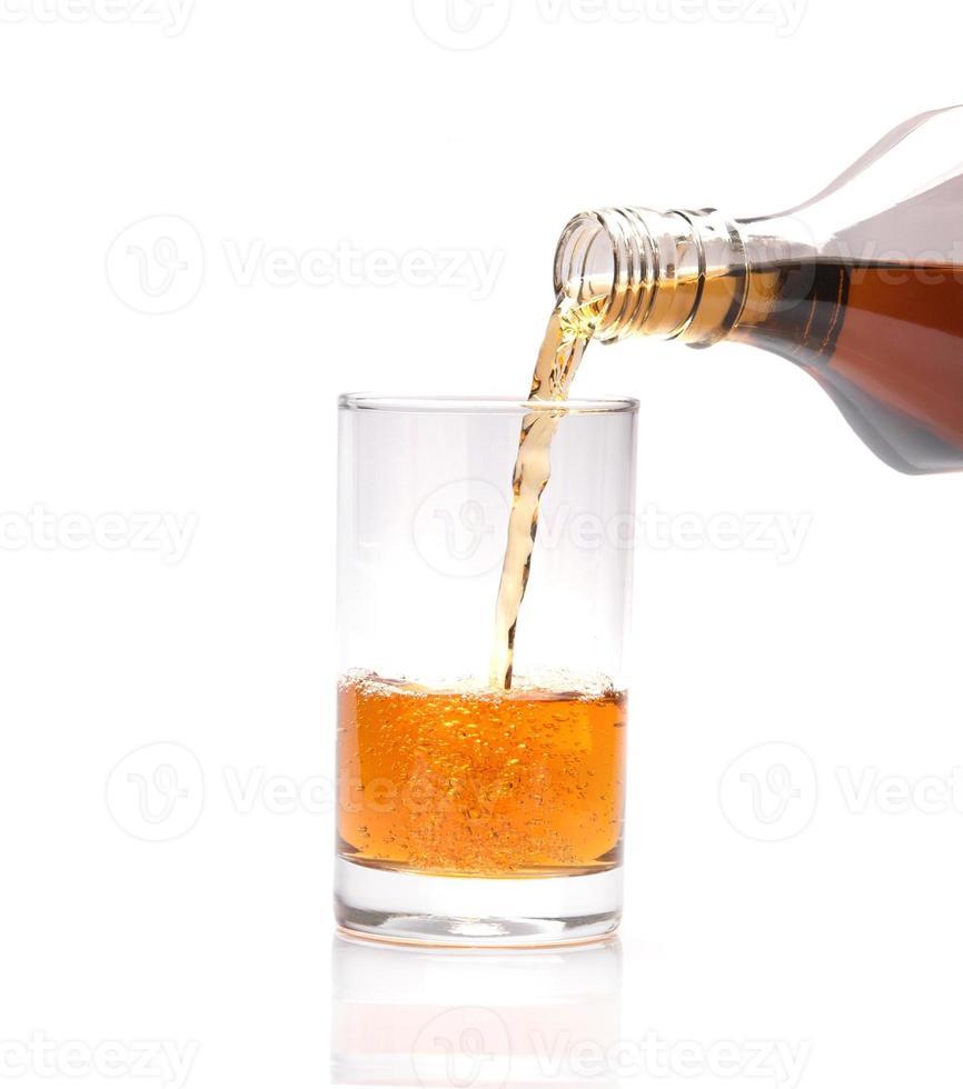 vierta whisky en un vaso foto