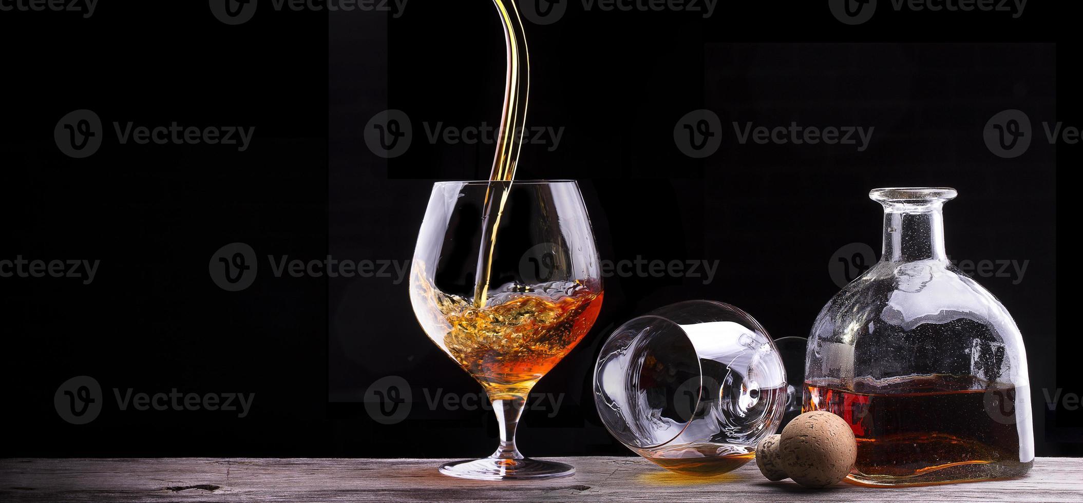 coñac o brandy en una mesa de madera foto