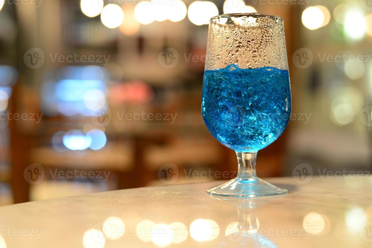cóctel azul con desenfoque de fondo foto