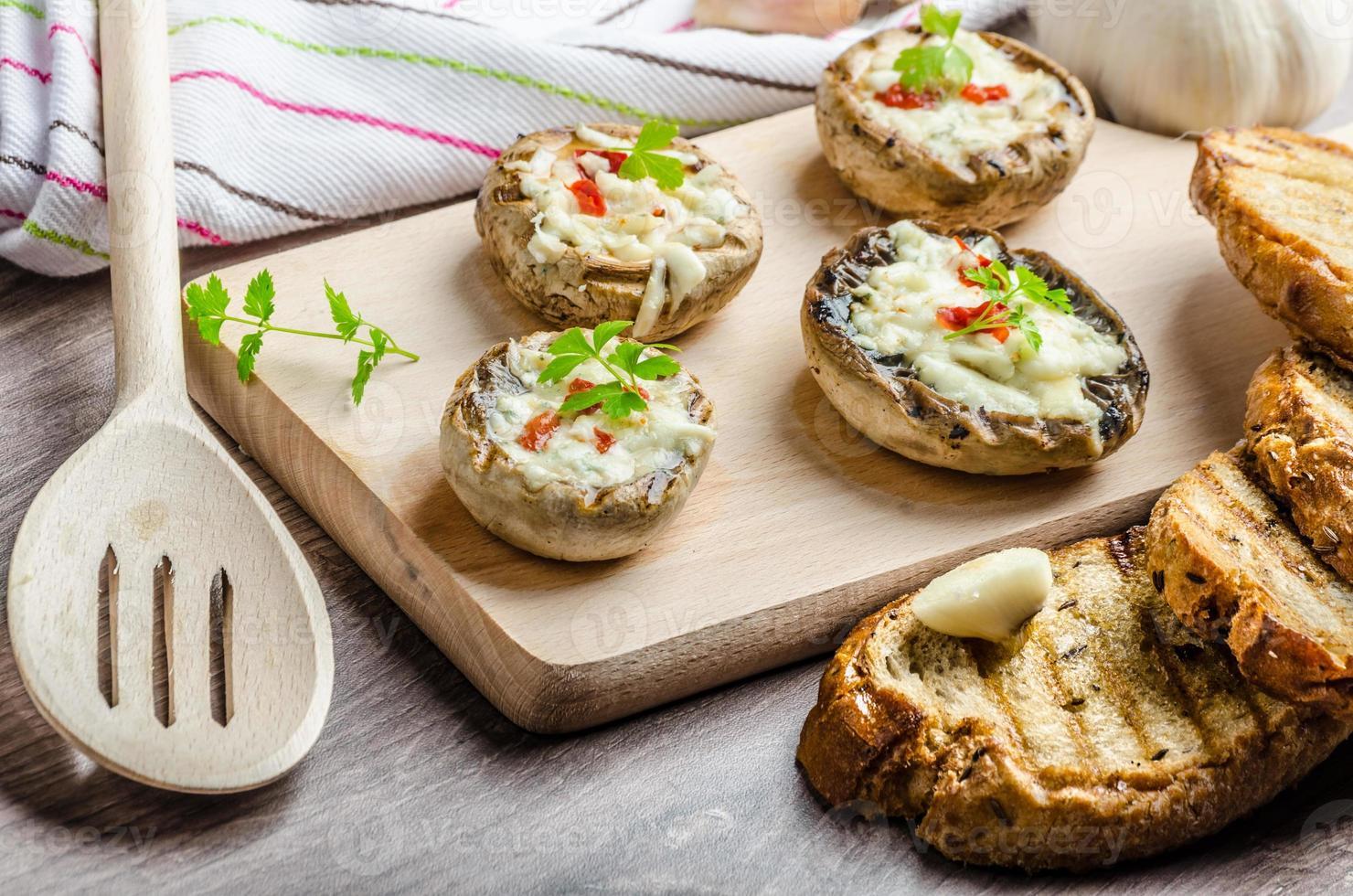 champiñones a la plancha relleno de queso y chile foto