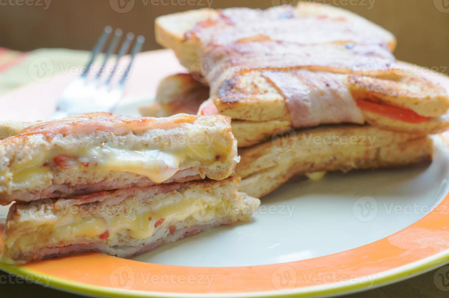 sándwich de queso a la parrilla con tocino foto