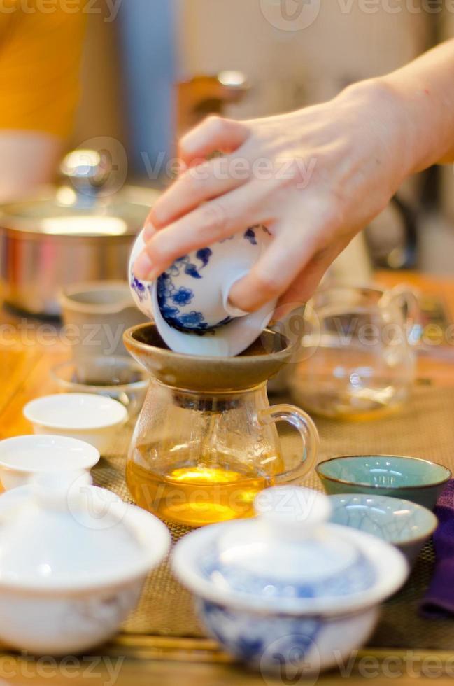 chino sirviendo té en una casa de té (3) foto