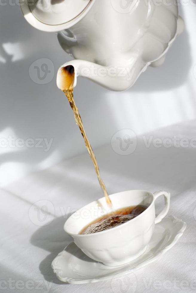 vertiendo té fresco foto