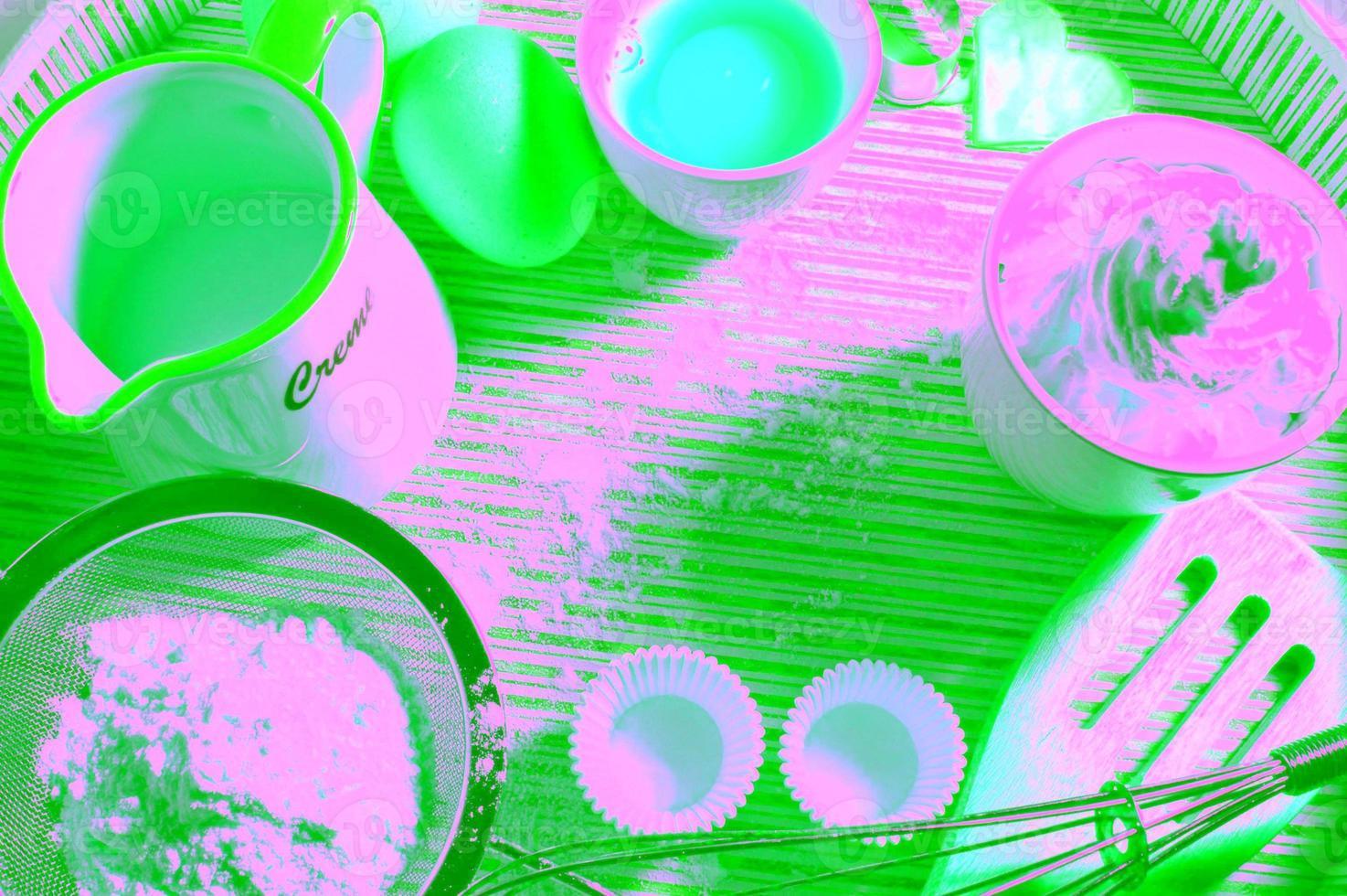múltiples recipientes con diferentes suministros para hornear en el interior foto