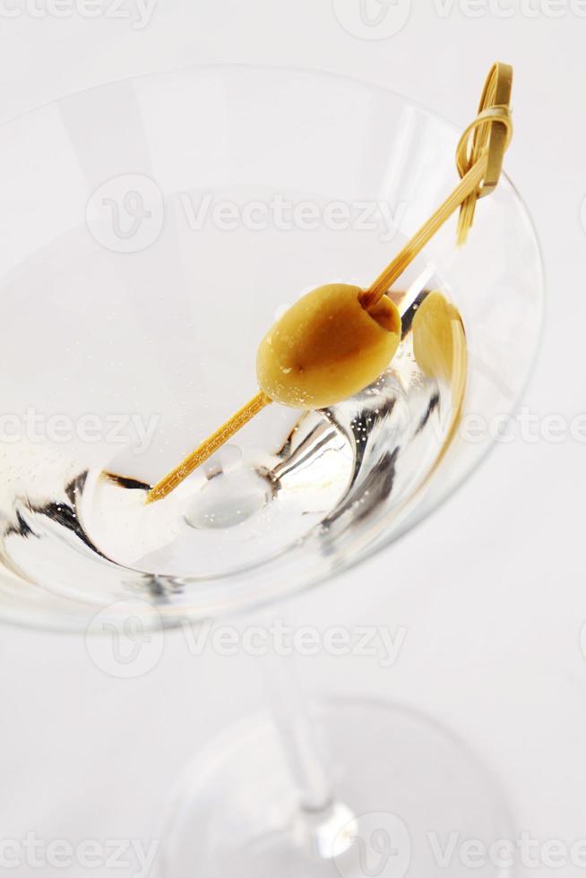 martini en vaso con aceituna foto