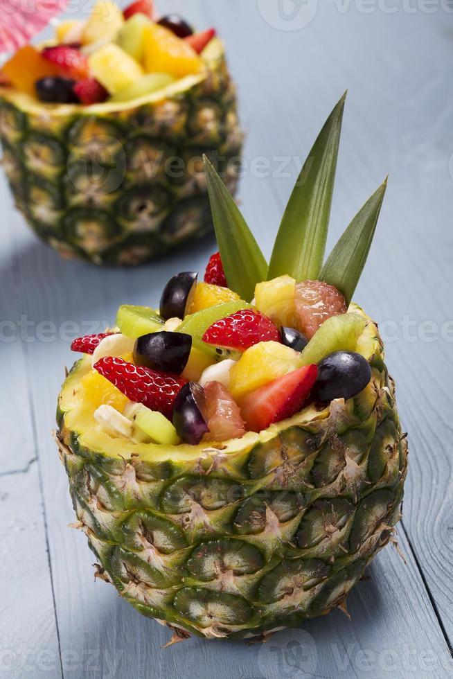 Ensalada de fruta fresca servida en tazones con piña fresca foto