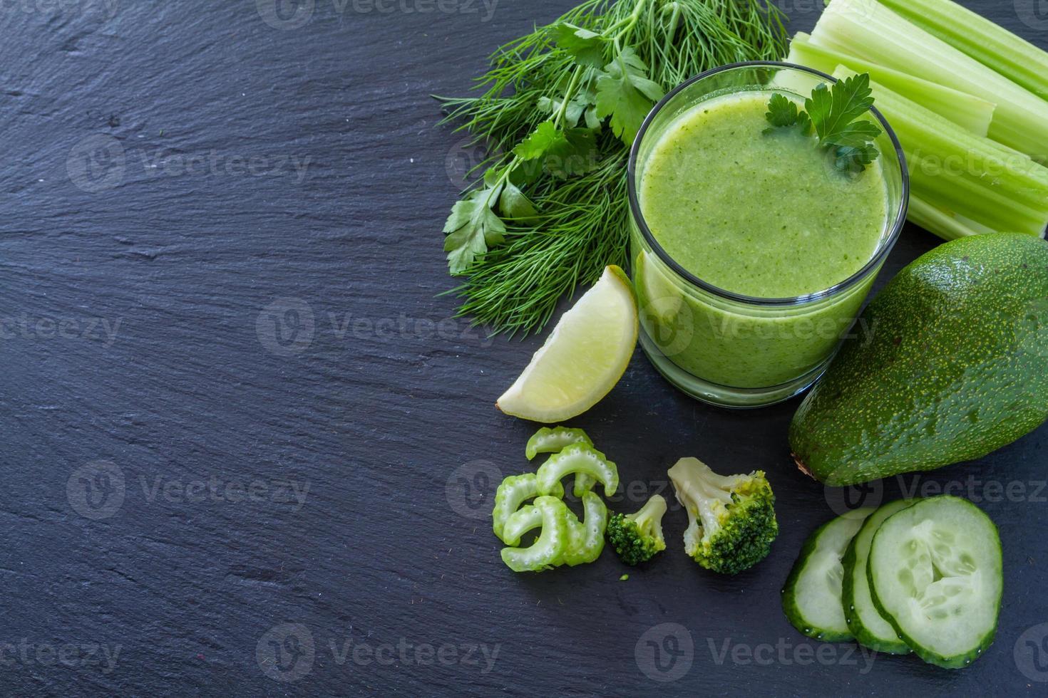 batido verde e ingredientes: aguacate, manzana, pepino, kiwi, limón foto