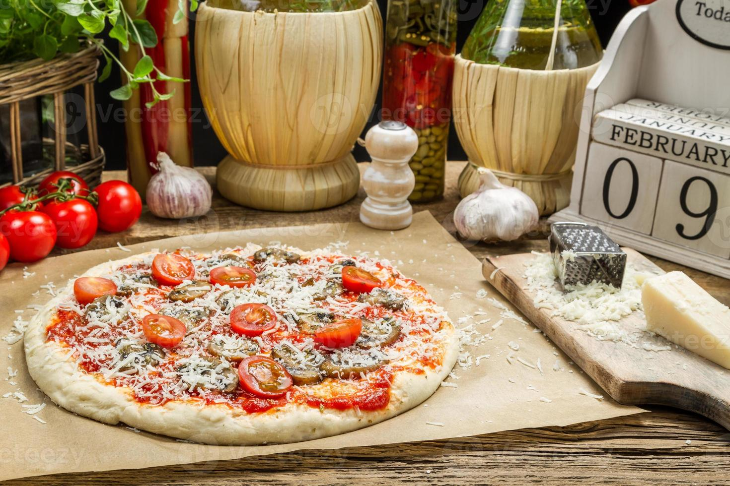 preparar pizza casera con ingredientes frescos foto