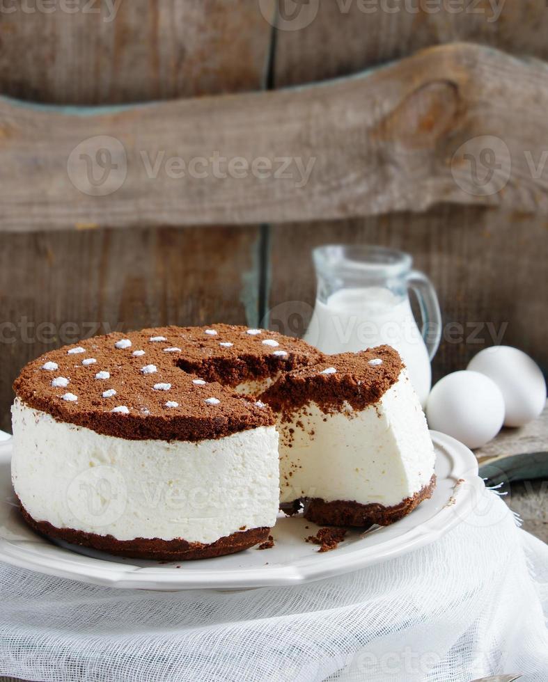 pastel de soufflé con miga de galletas de crema y chocolate foto
