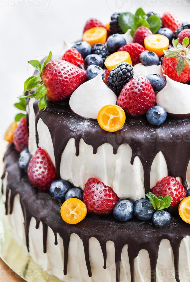 pastel de chocolate decorado con frutas frescas foto