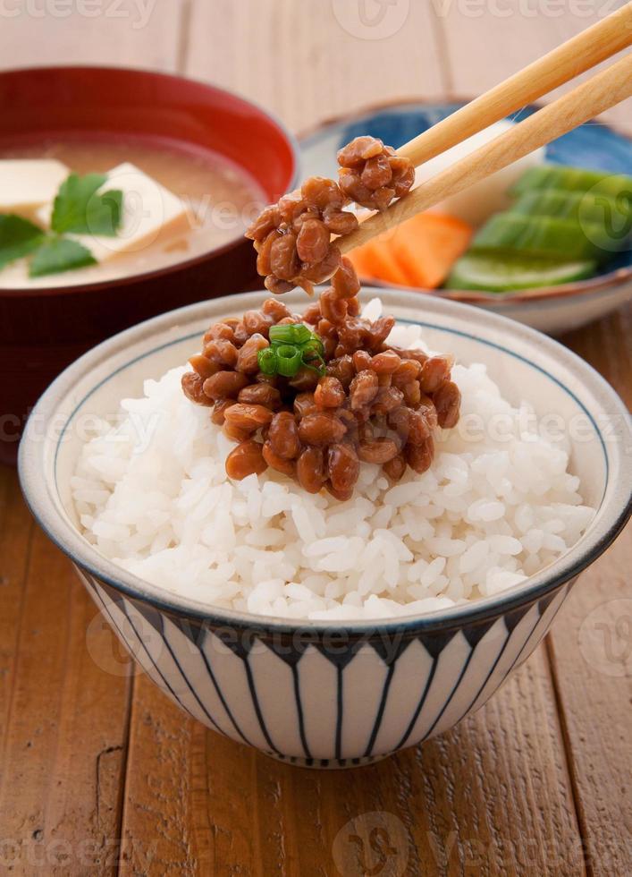 cocina japonesa, natto y arroz foto