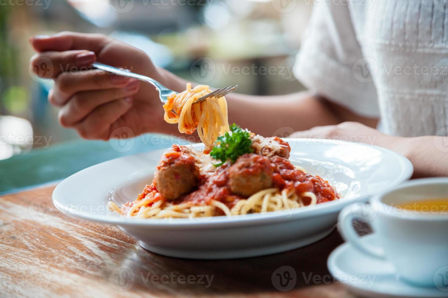 mujer comiendo espagueti foto