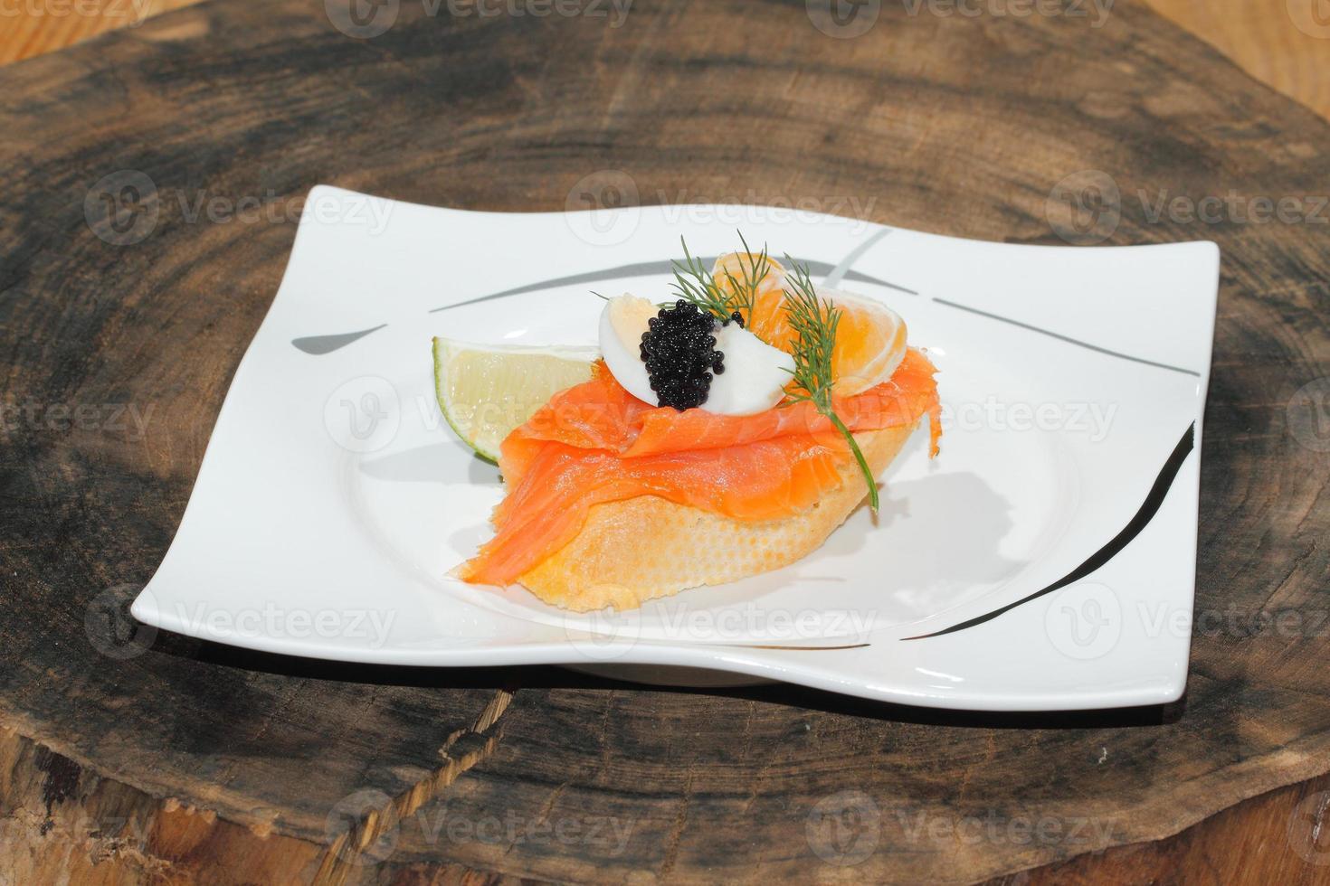 baguette, salmón ahumado, huevo, caviar, naranja foto