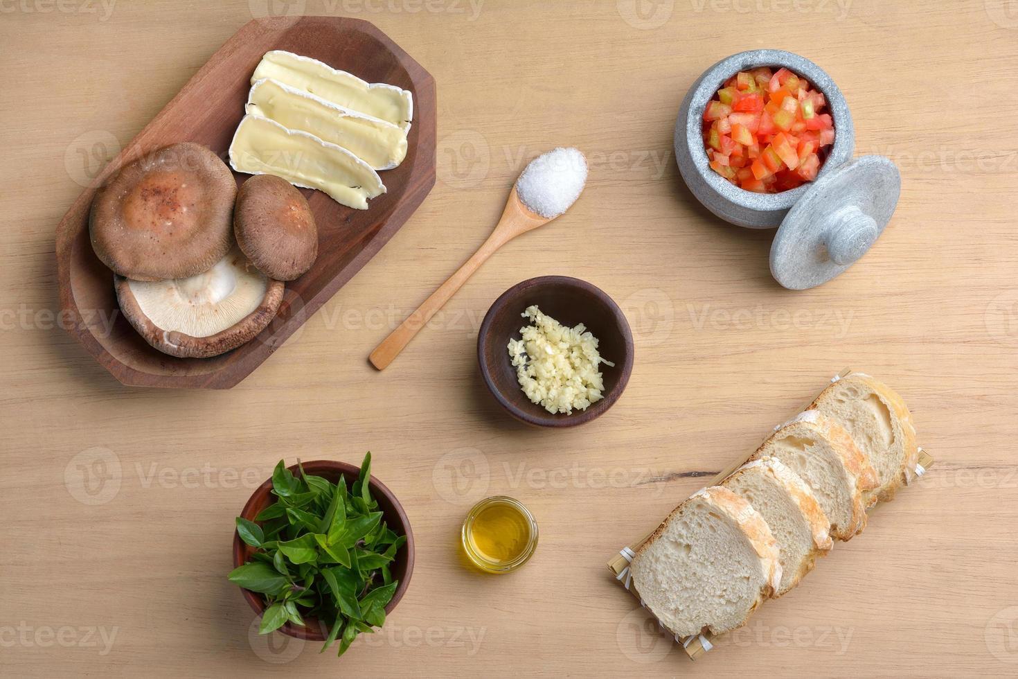 Basilic Tomato and Brie Shitake Mushroom Italian Bruschetta Mise photo