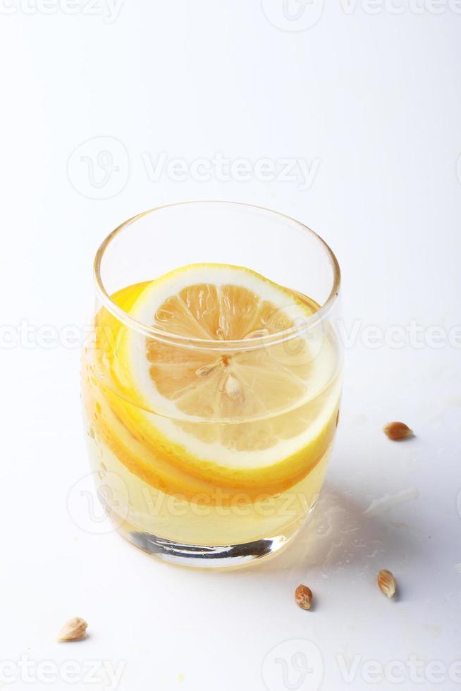 Beber y pila de rodajas de cítricos. foto