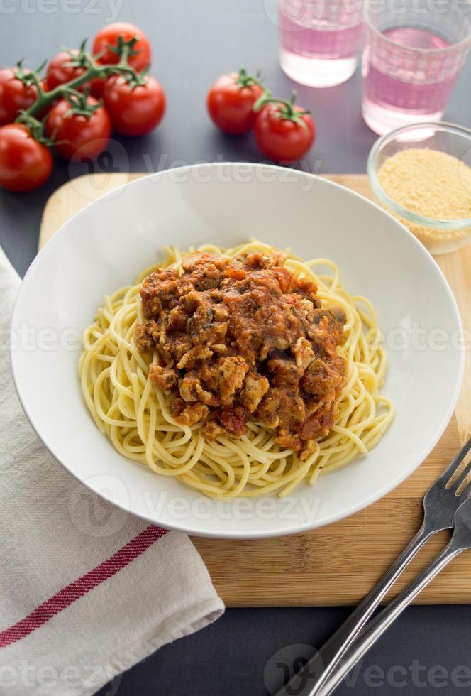 espaguetis a la boloñesa con pollo molido y champiñones foto