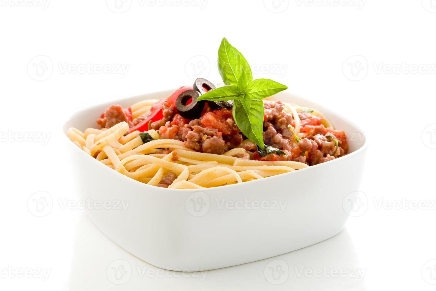 Pasta con salsa de carne de salchicha italiana sobre fondo blanco. foto