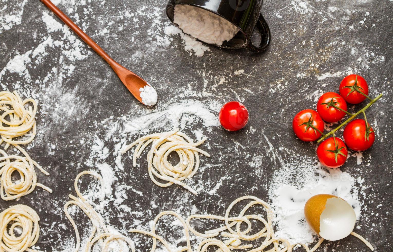 espaguetis y harina con crudos caseros. foto