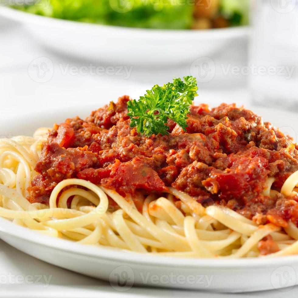 pasta de espagueti con salsa de tomate y ternera foto