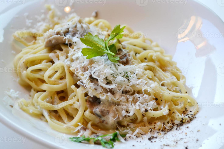 plato grande con pasta espagueti con champiñones y alcachofas foto