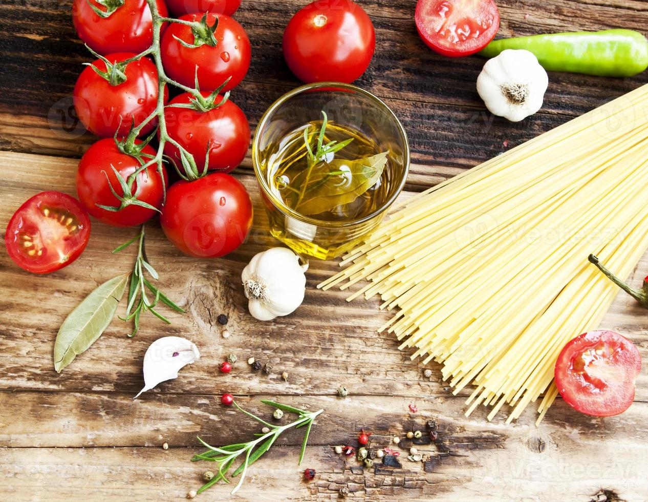 tomates cherry, aceite de oliva, pasta y especias, ingredientes mediterráneos foto