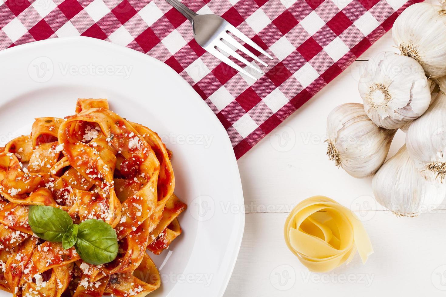 tagiatelle de pasta con tomate foto