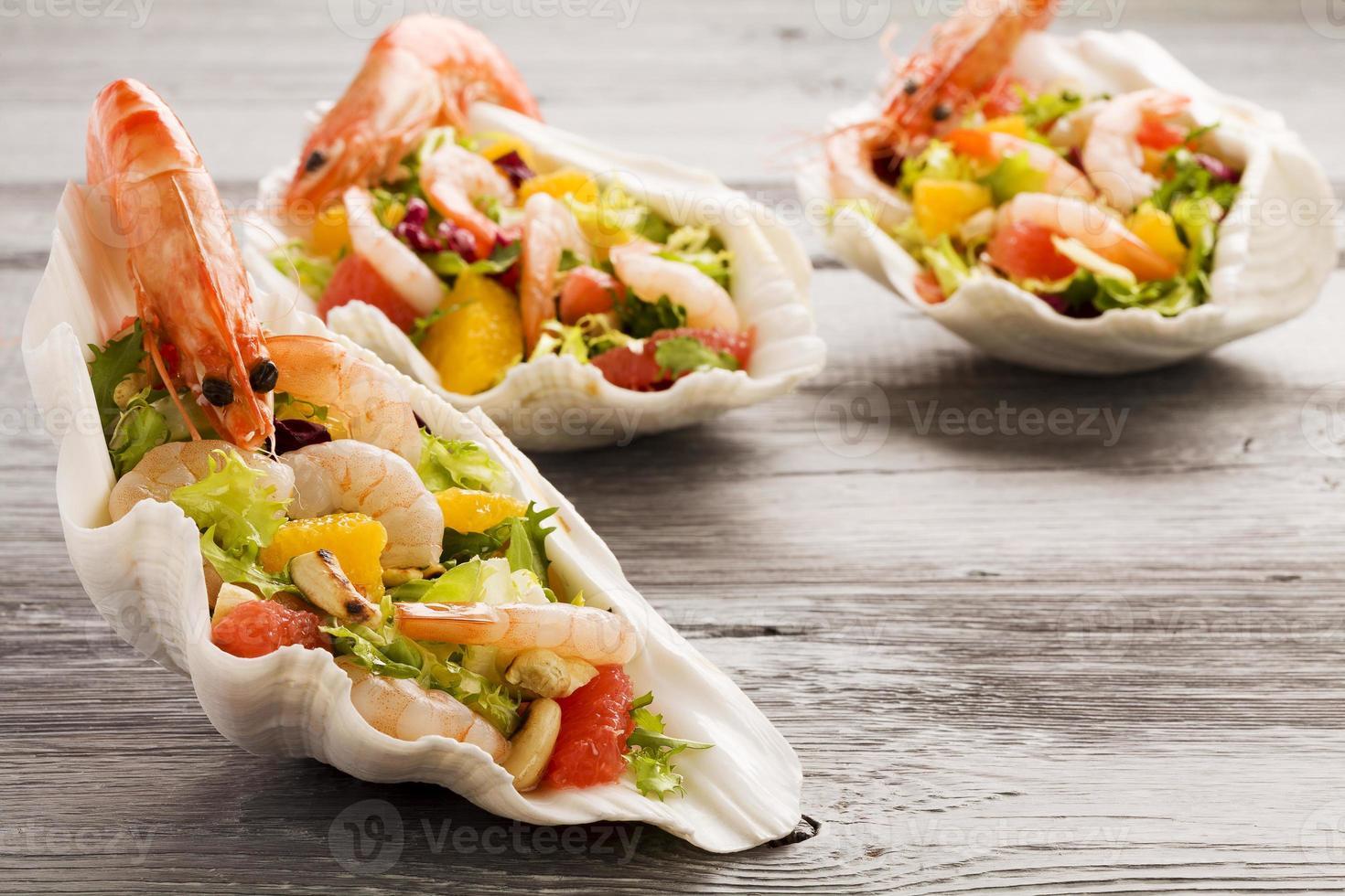 Shrimp salad with grapefruit, orange and roasted peanuts. - Serv photo