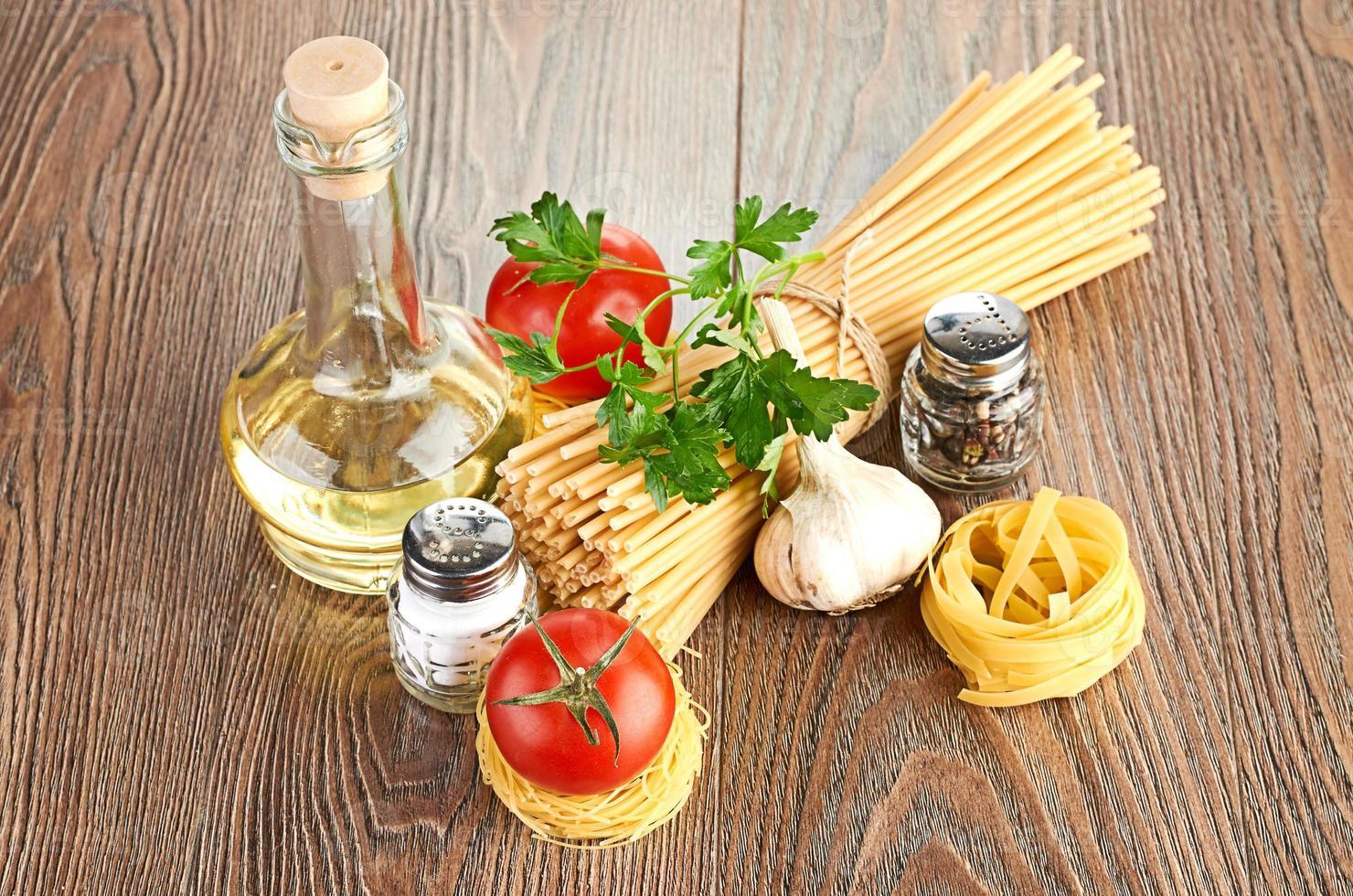 ajuste de pasta con tomate y ajo foto