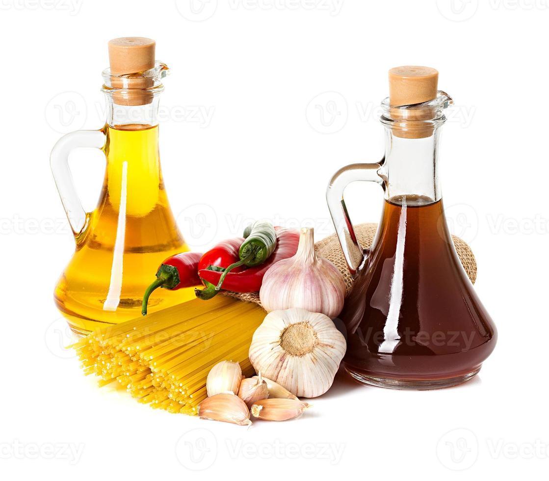 ingredientes para pasta. espagueti, chile, aceite, ajo aislado en blanco foto