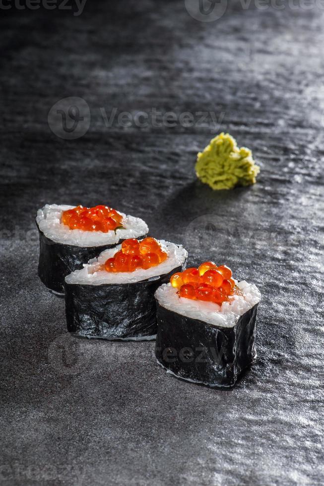 rollitos de salmón y gambas foto