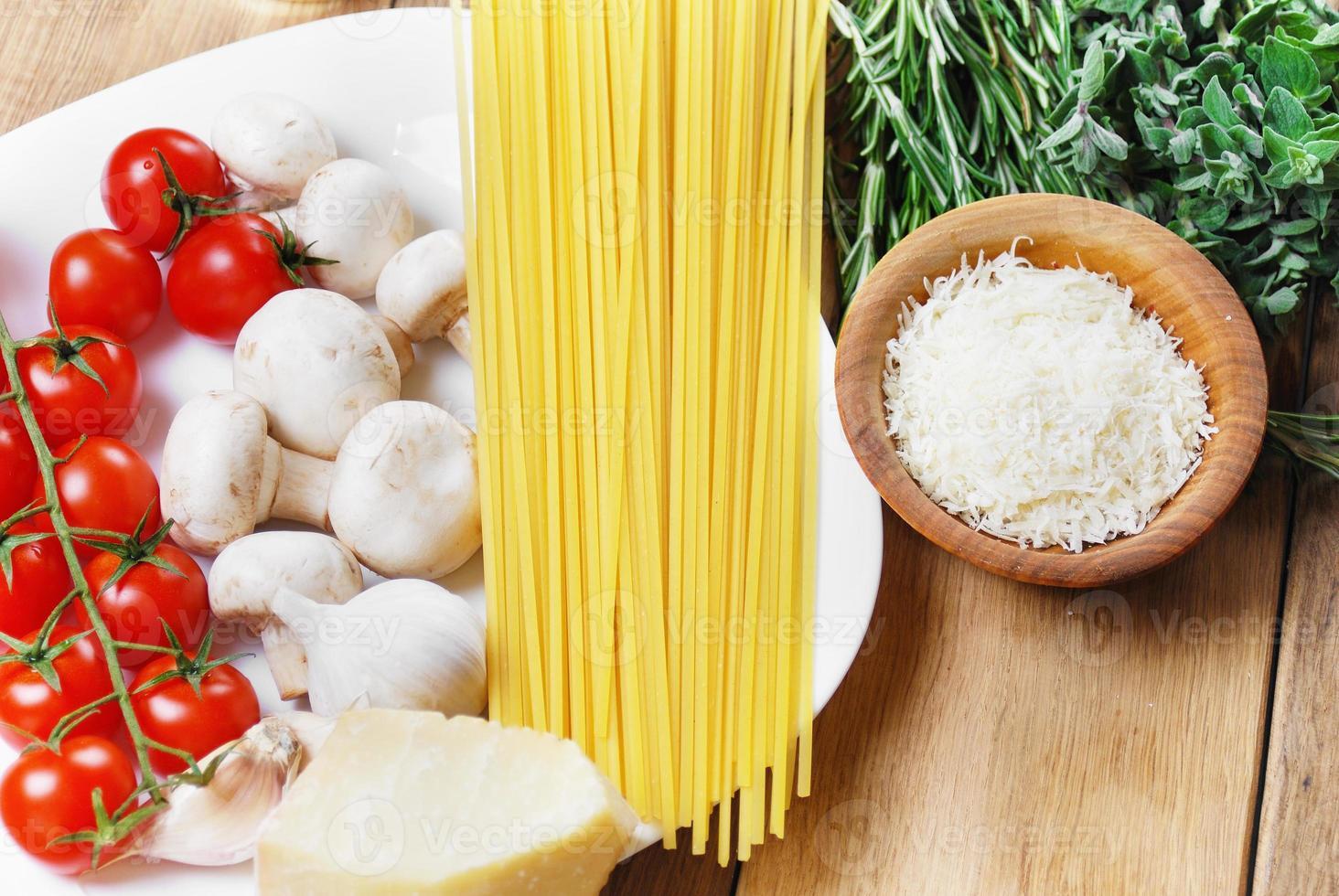 ingredientes de pasta en la mesa de madera foto