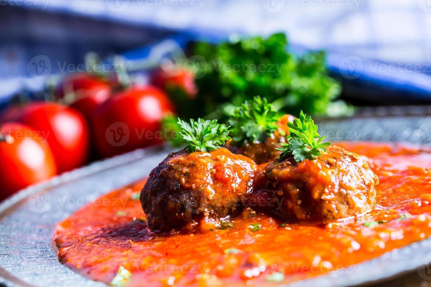 albóndigas. cocina italiana y mediterranea. bolas de carne con s foto