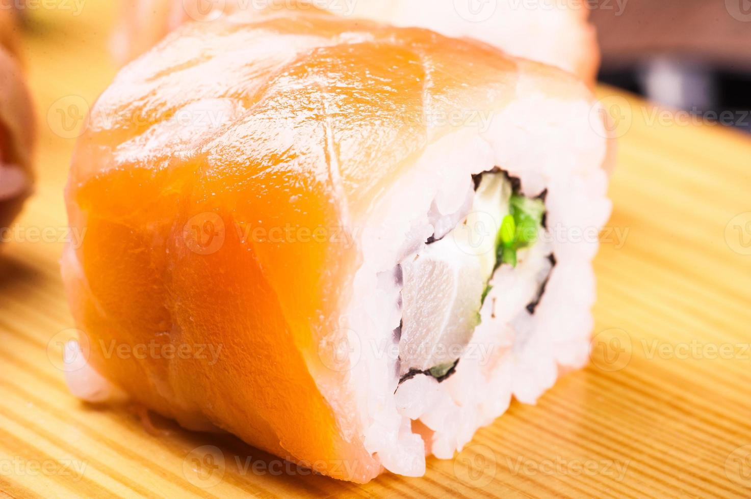 set de sushi cubierto de salmón foto