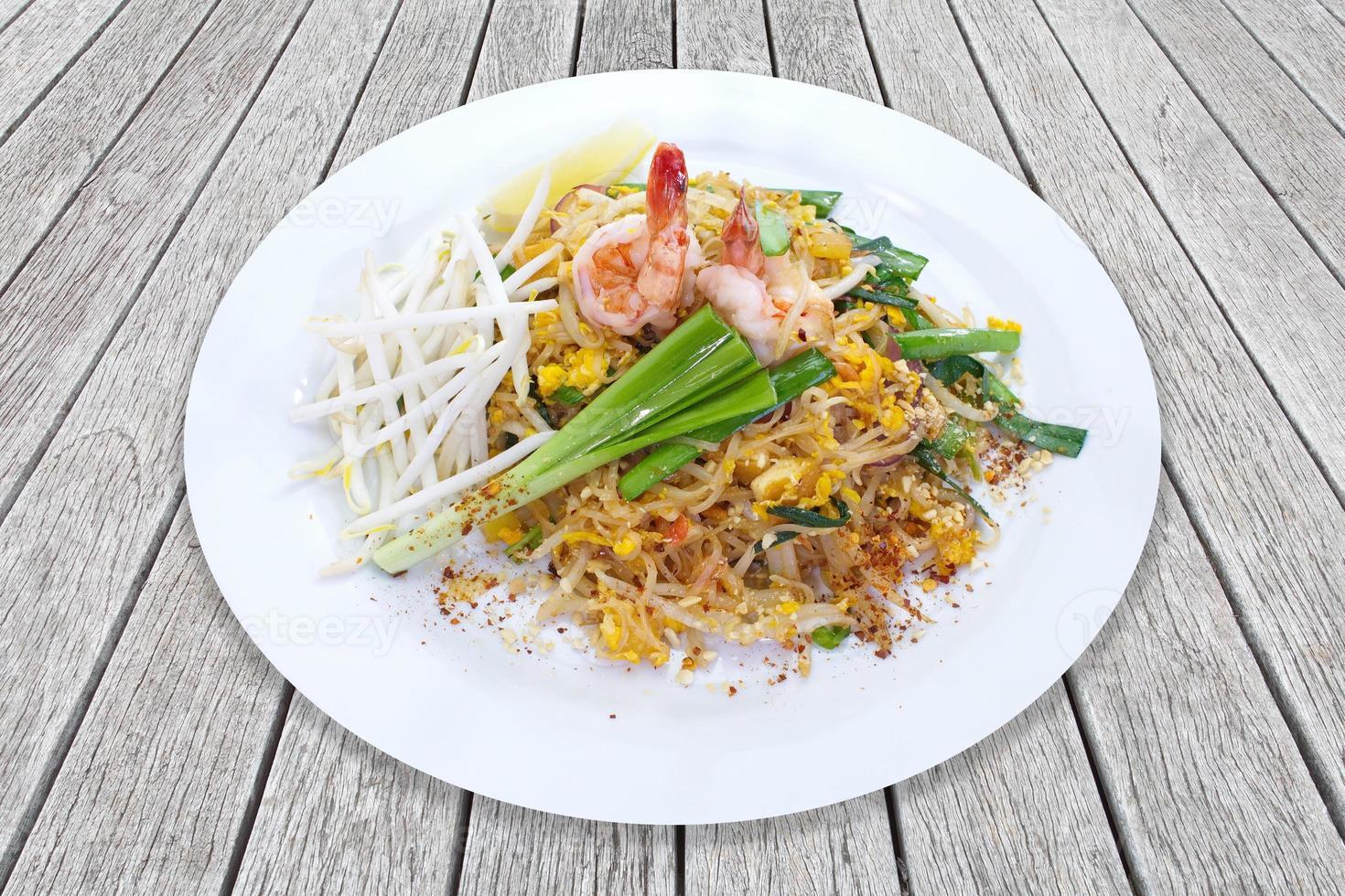 pad thai, fideos de arroz salteados thai, huevos, tofu y vegetales foto