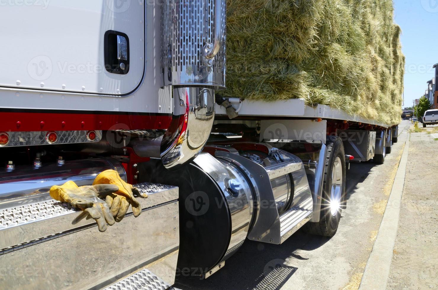 Cerrar a la vista de un camión cargado de heno foto