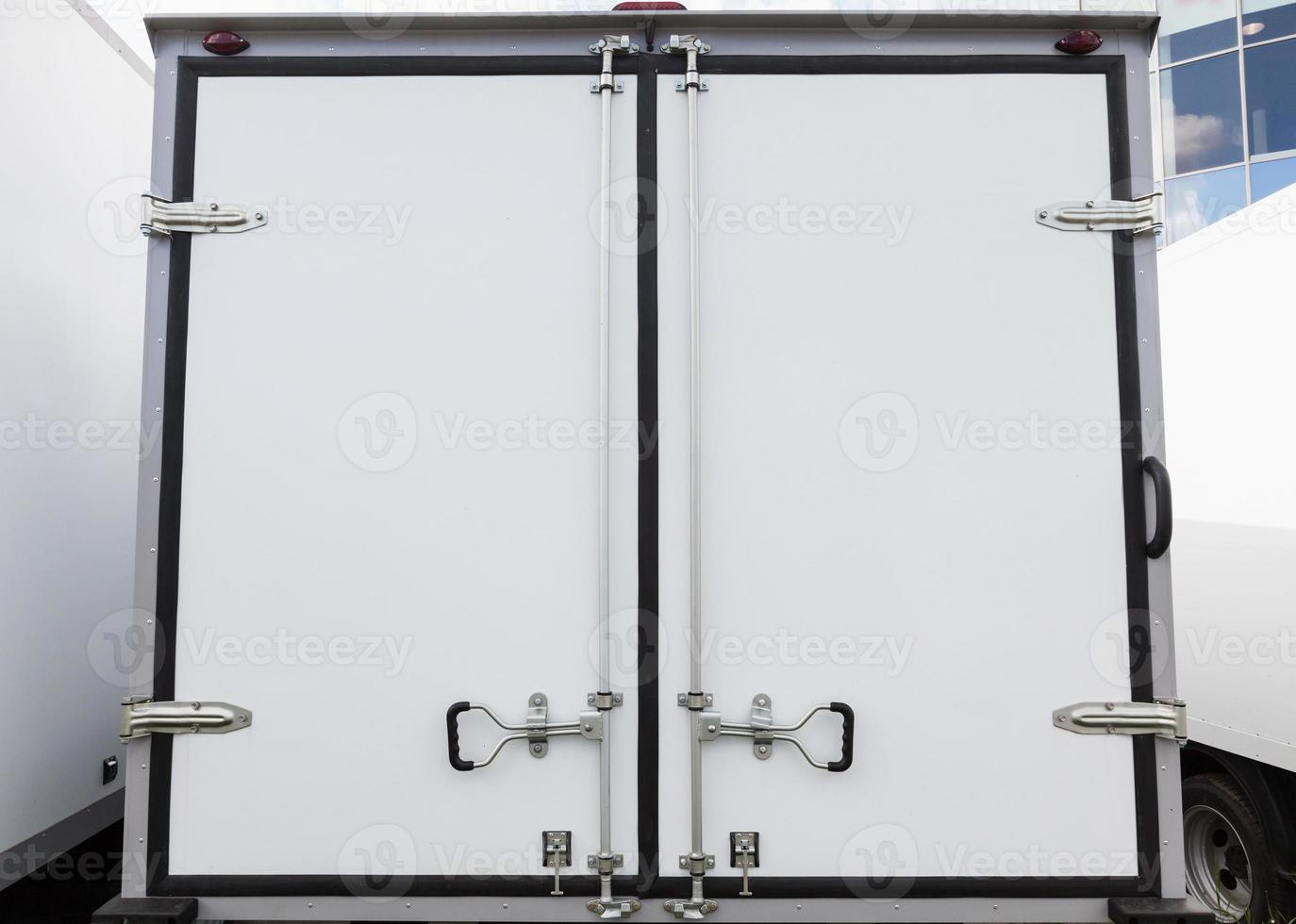 puertas traseras del nuevo camión de carga blanco foto