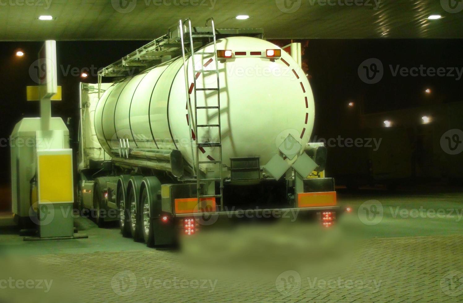 camión cisterna en una estación de servicio en la noche, foto