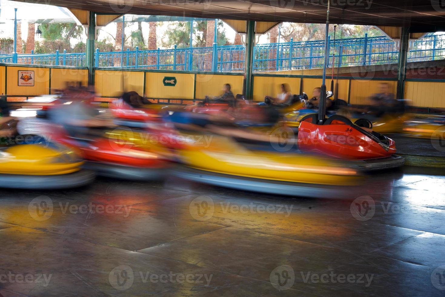 autos chocadores en acción foto
