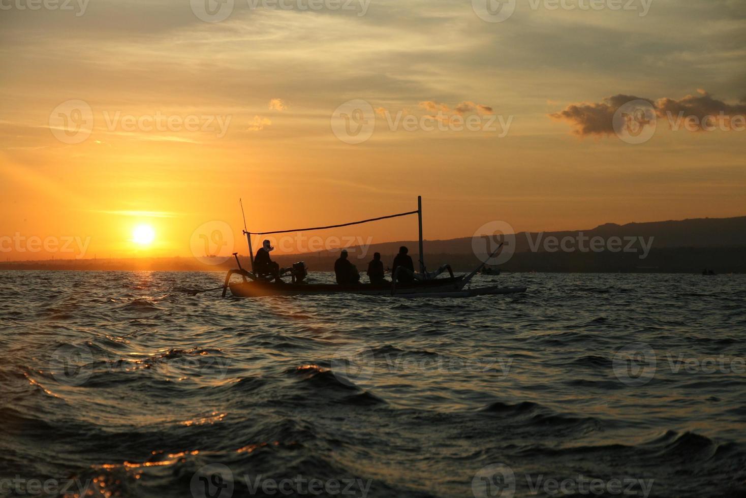 barco en el sol de la mañana foto