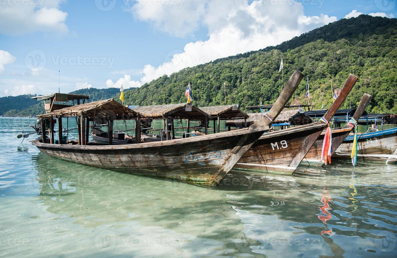 bote de cola larga en la isla de surin foto