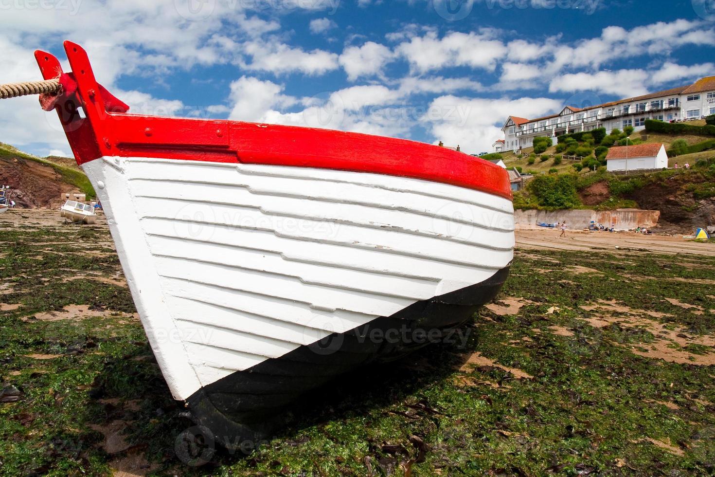 amarre de barco de pesca con marea baja foto