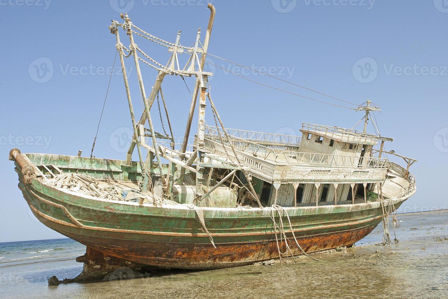 barco varado en la costa egipcia foto